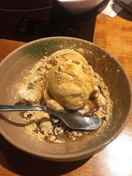 溫野菜冰淇淋-香草冰淇淋加上黑糖與黃豆粉, 好吃耶!