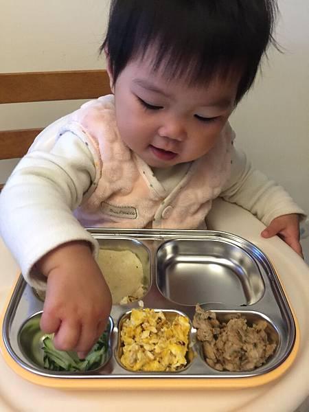 2017年2月 女兒開始使用餐盤吃飯囉