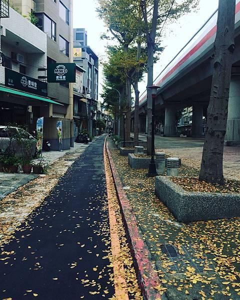 士林捷運站附近步道,有點像走在日本的感覺(自以為)