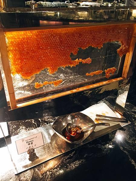 20170506 西華飯店早餐-第一次看到整塊蜂蜜搬出來 非常新鮮哪!