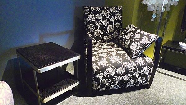 愛戀普普-主人臥室椅(黑底白花)--樺木曲木+高密度泡棉+緹花布.jpg