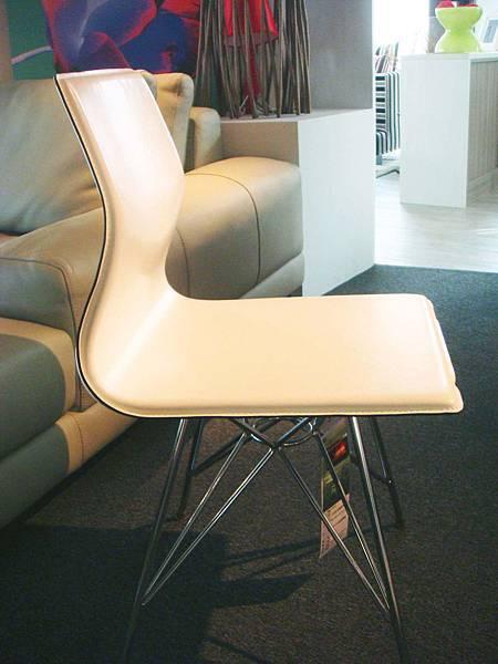 皮面造型鋼腳書餐椅(白)--再生牛皮+鍍鉻鋼管腳.jpg