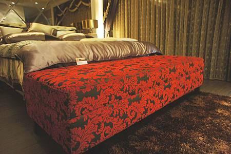 華麗紅色床尾椅(紅色)-柳安木+緹花布+高密度泡棉.jpg