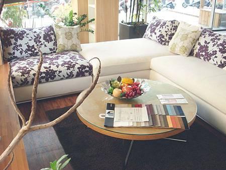 米蘭諾-L型白布沙發(米白色)--柳安實木框架+類麻布+高密度泡棉.jpg