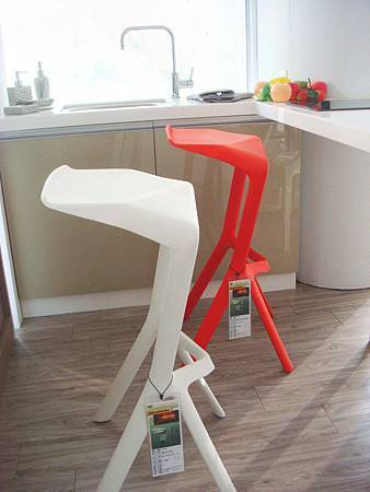 摩拉吧台椅(紅色、白色)-PP塑膠.jpg
