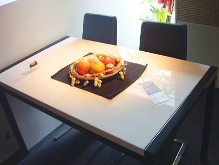 蜜雪兒餐桌(水晶白桌面+黑色桌腳)--水晶白人造石+A3碳素鋼噴黑沙.jpg