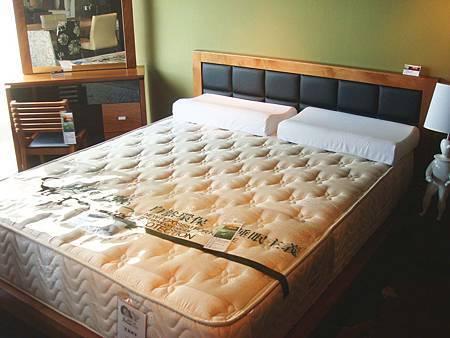 瑪格麗特五尺柚木床架(柚木色)--防蛀木芯板貼實木貼皮-----青羅蝶夢二線亞麻蠶絲蜂巢獨立筒743顆五呎床(白色)--蜂巢獨立筒743顆.jpg