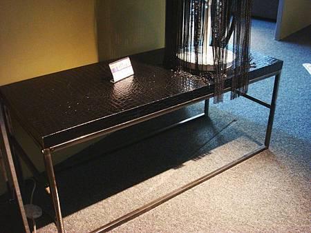 低調奢華-黑鱷魚皮端景架(小)黑色+銀白---皮+不鏽鋼.jpg