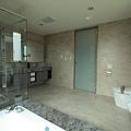 2F_主臥浴室1.JPG