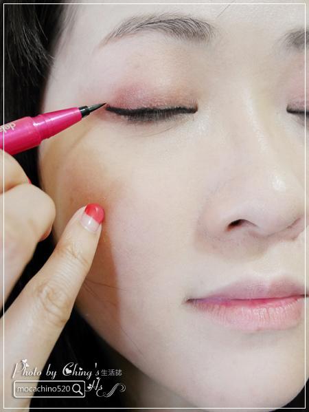 不接睫毛也能擁有迷人電眼。我的眼睛放大術。dejavu放肆驚艷超長進化版睫毛膏+就是不暈持久極細毛筆型眼線液 (7).jpg
