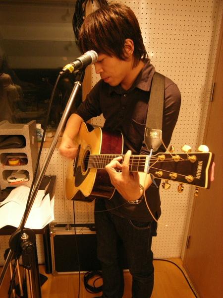 阿凱彈吉他唷!!