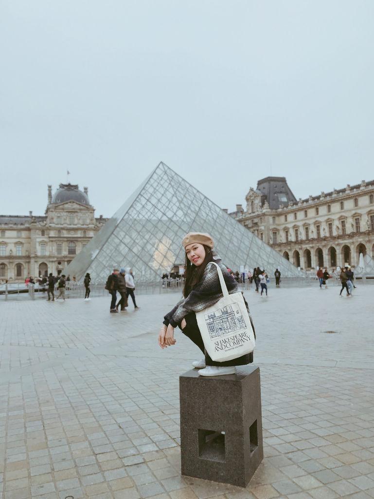 巴黎羅浮宮金字塔合照1.JPG
