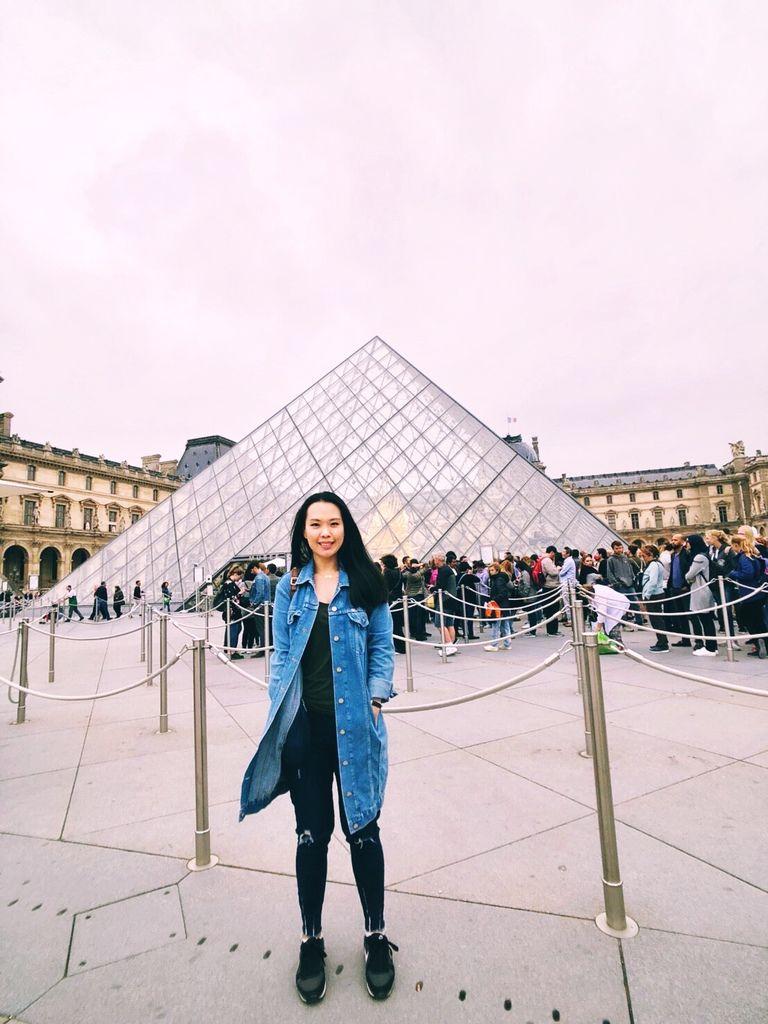 巴黎羅浮宮金字塔合影2018.JPG