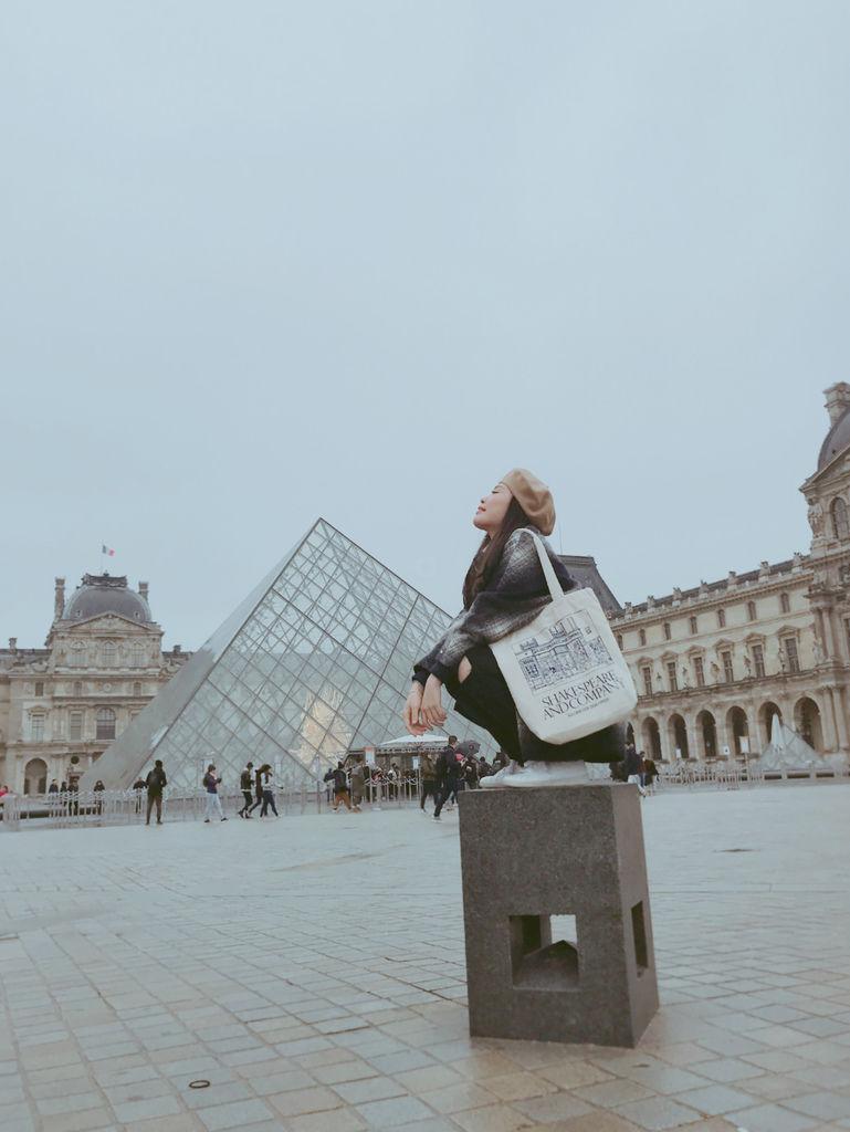 巴黎羅浮宮金字塔合照2.JPG