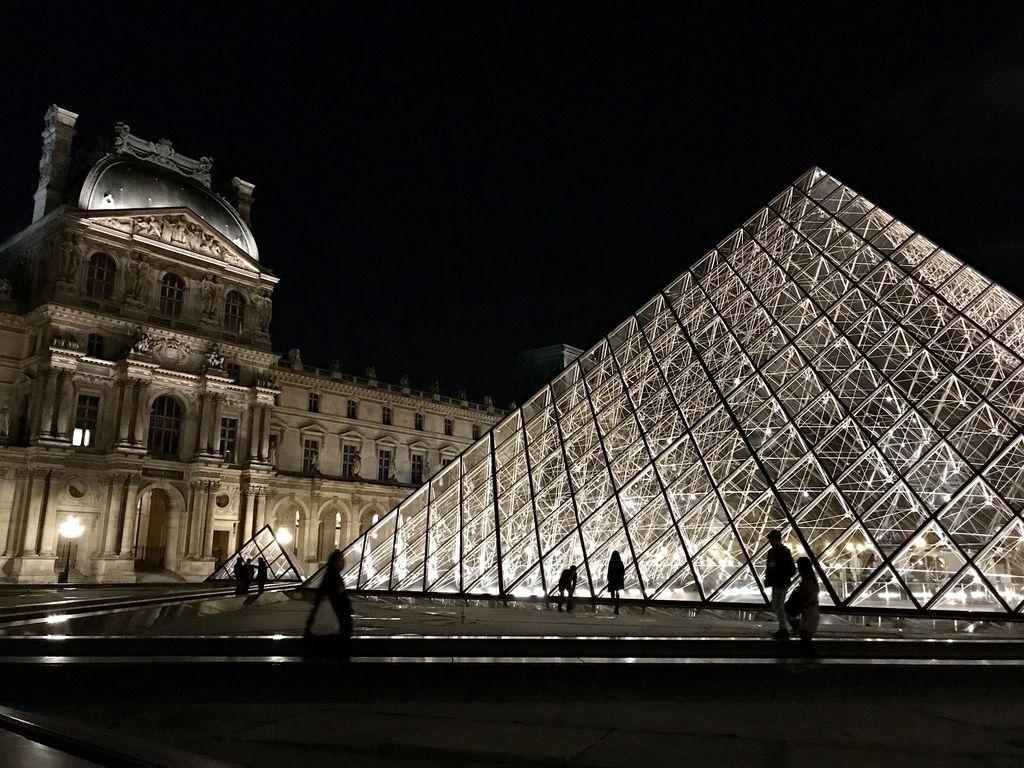 巴黎羅浮宮金字塔6.JPG