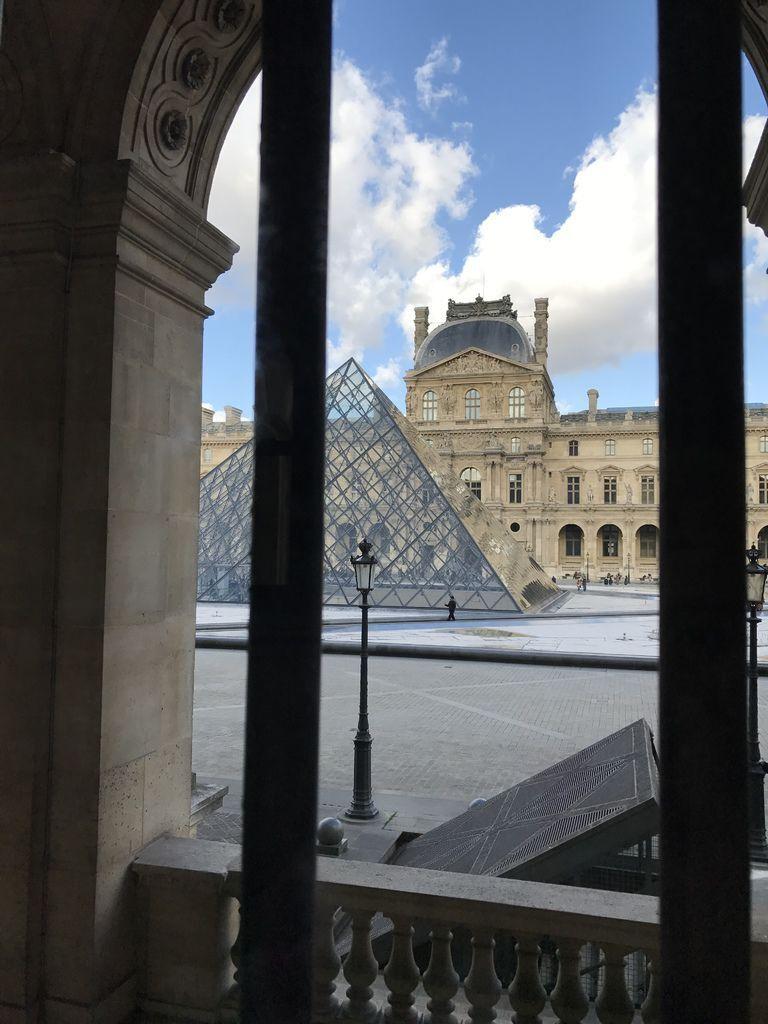 巴黎羅浮宮內部往外看2.JPG