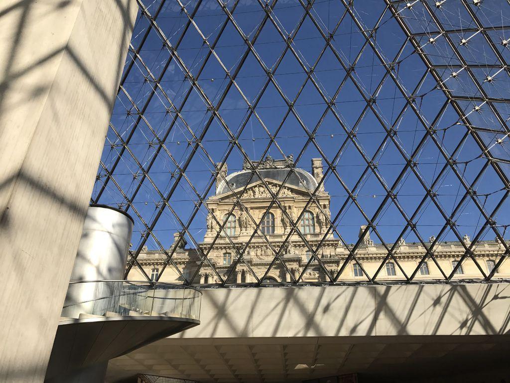 巴黎羅浮宮內部往外看1.JPG