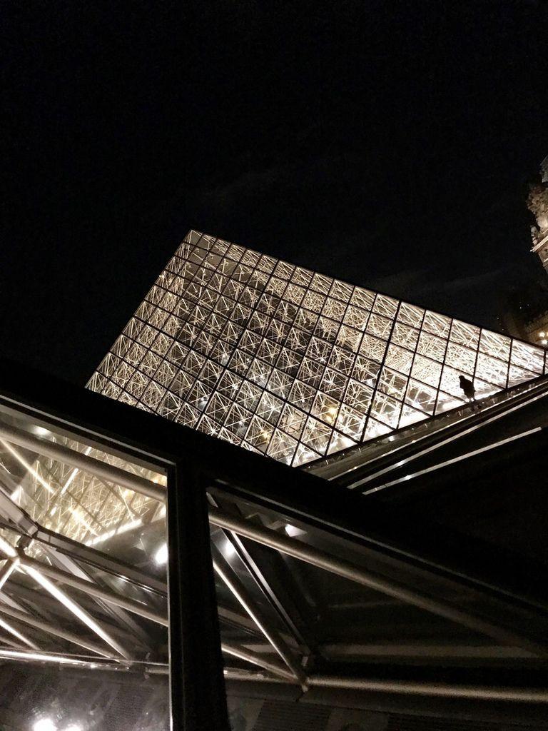 巴黎羅浮宮金字塔7.JPG