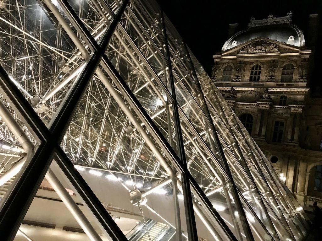 巴黎羅浮宮金字塔4.JPG