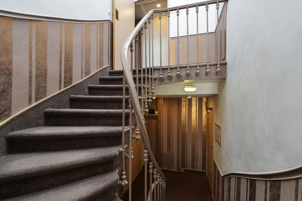 巴黎住宿推薦|3星飯店 杜普蕾住宅|老舊飯店.jpg