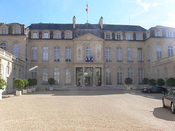 800px-Paris_-_palais_de_l%5CÉlysée_-_cour_02.jpg