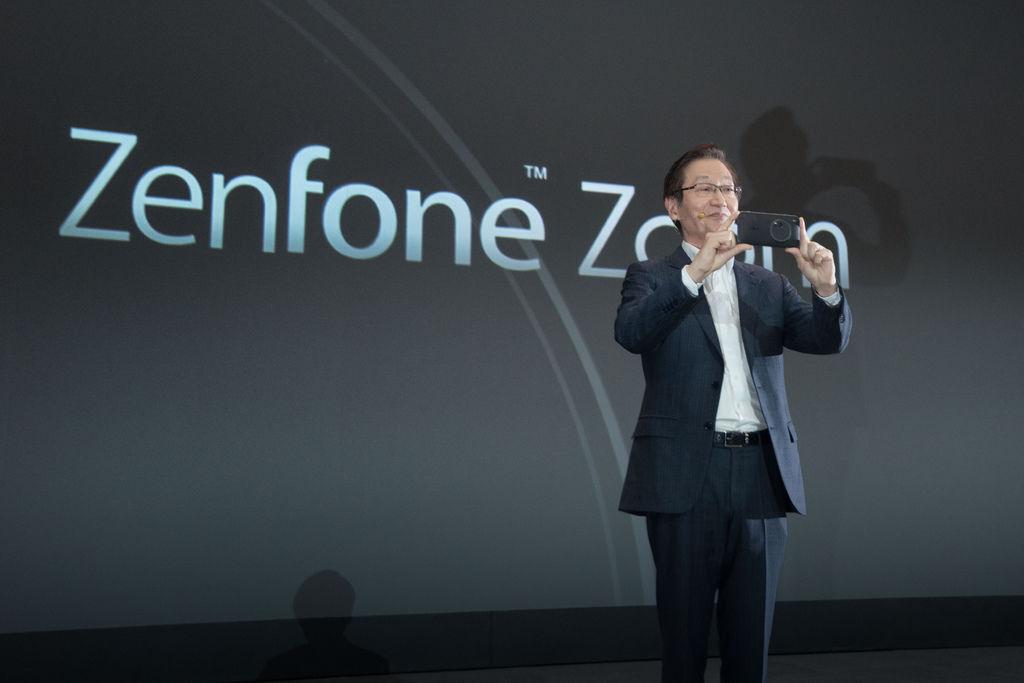 最具突破性的ASUS ZenFone Zoom,為全球搭載1300 萬畫素相機與3倍光學變焦鏡頭智慧型手機中最輕薄的機型,後相機採用10件式鏡頭...