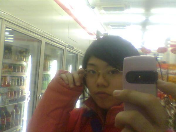 拿手機對鏡子自拍