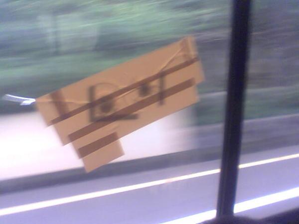 有彈孔的公車窗戶