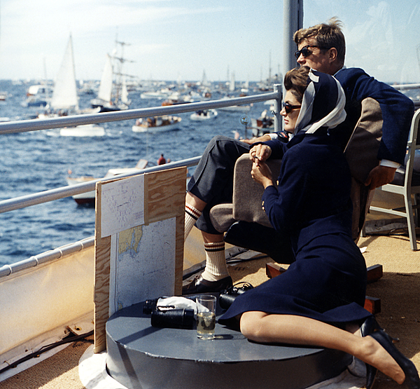 649px-President_Kennedy_and_wife_watching_Americas_Cup,_1962.png