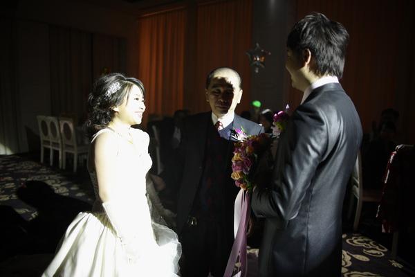 爸爸捨不得的表情~可是新娘笑得很開心捏...