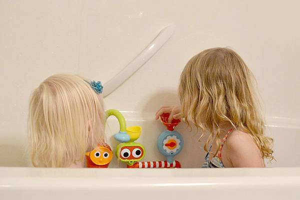 yookidoo-bath-time-toys2-mommy-scene.jpg