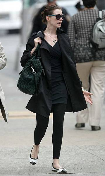 anne-hathaway-and-burberry-ruched-ribbon-shoulder-bag-gallery