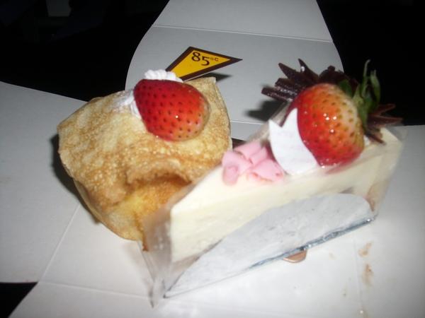 2009.06.09_蛋糕上的草莓~表妹送的生日蛋糕~85度C之莓香提拉米蘇+黃金提拉_0002.JPG