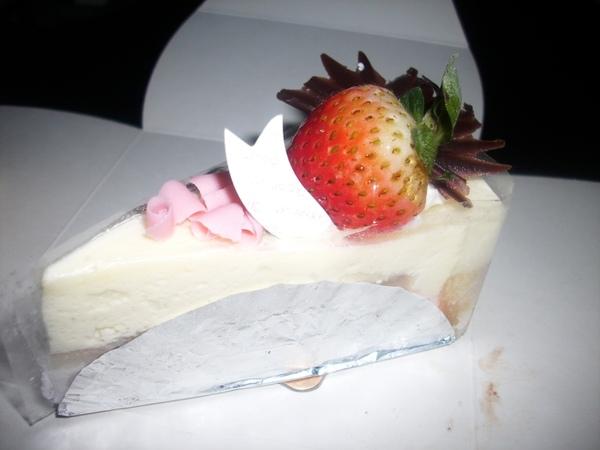 2009.06.09_蛋糕上的草莓~表妹送的生日蛋糕~85度C之莓香提拉米蘇+黃金提拉_0003.JPG