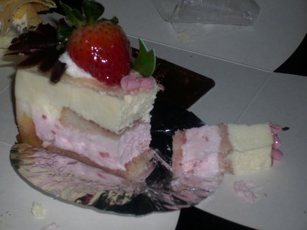 2009.06.09_蛋糕上的草莓~表妹送的生日蛋糕~85度C之莓香提拉米蘇+黃金提拉_0005.JPG