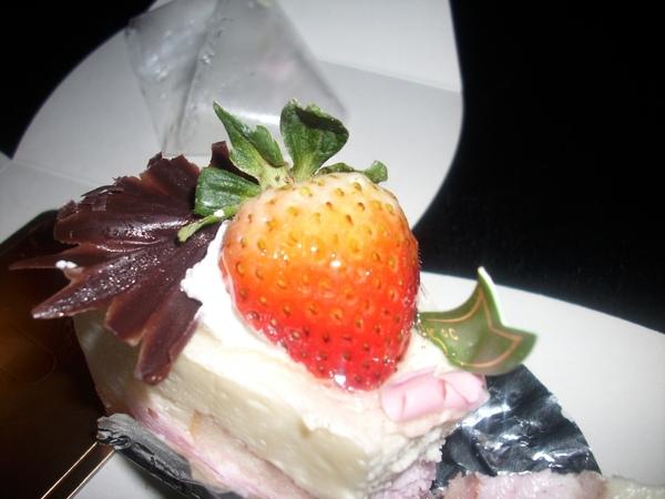 2009.06.09_蛋糕上的草莓~表妹送的生日蛋糕~85度C之莓香提拉米蘇+黃金提拉_0007.JPG
