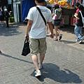 幫女友拿包包的體貼男友,這樣就對啦!哈~