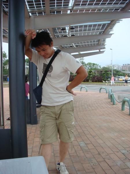 在公車亭沉思的少年