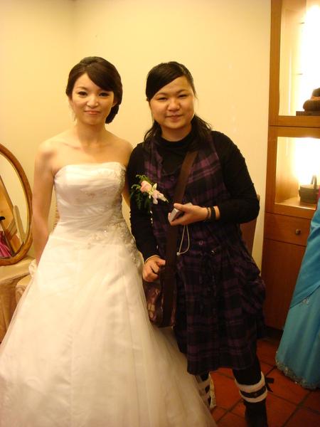 美麗的新娘跟她超盡責的妹妹小婷