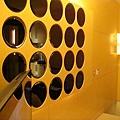 車庫一上來的一面牆~是一個一個圓圓的小鏡子