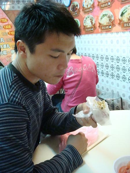 親愛的 買了一個非常不怎麼樣的潤餅~看他表情就知道