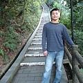 很長的樓梯...不知道通到哪一處