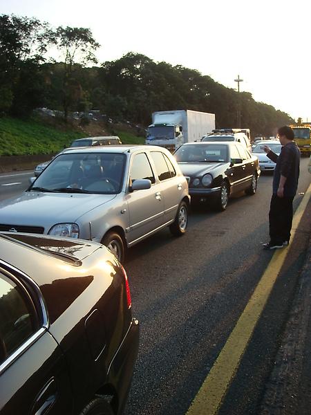 因為前面車禍 所以前面好幾台車緊急煞車~所以我們也就只能急煞...就這樣被後面的車給追撞了