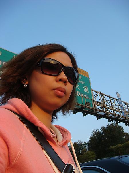 阿沁正在跟其他車主橋事情等交警來  我無聊的在國道上自拍~呵呵