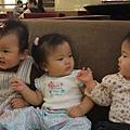 三個小娃合照
