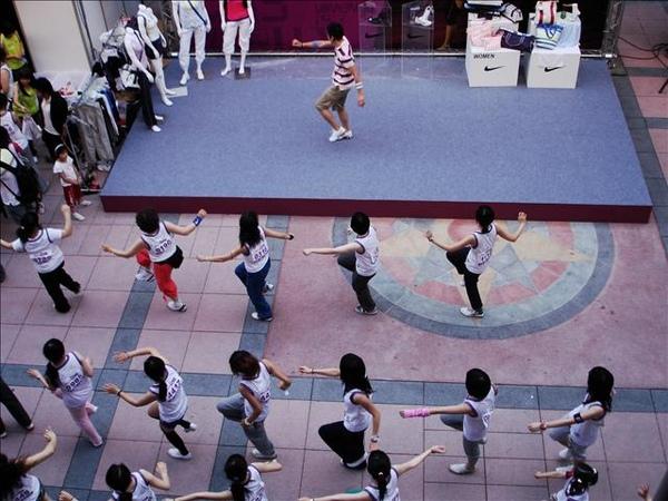 這是MV DANCE  老師很有活力