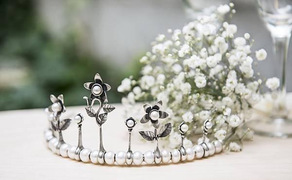 TROLLBEADS Tiara髮冠系列,革命性的髮冠創作概念,可自行挑選打造髮冠的所有元素,也讓髮冠不是僅能出現在重要場合或被束之高閣,而是可被拆解併重組成簡約款髮冠或配戴式珠寶.jpg