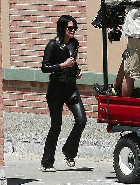 20090730-Kristen Stewart Set The Runaways -26.jpg