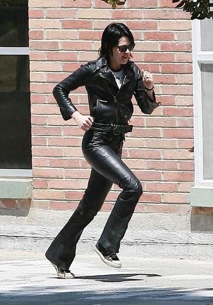 20090730-Kristen Stewart Set The Runaways -22.jpg