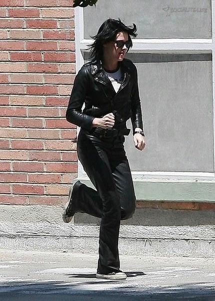 20090730-Kristen Stewart Set The Runaways -23.jpg